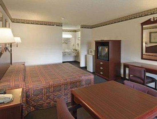 Super 8 Arlington East: Standard One King Bed Room
