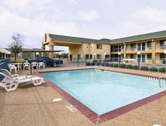 Super 8 Arlington East: Pool