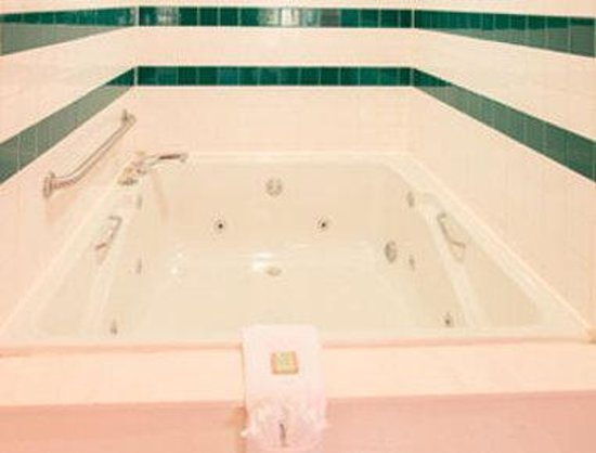 Super 8 North Little Rock/McCain: Jacuzzi