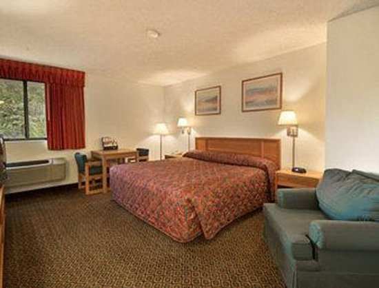 Super 8 St Charles: Standard King Bed Room