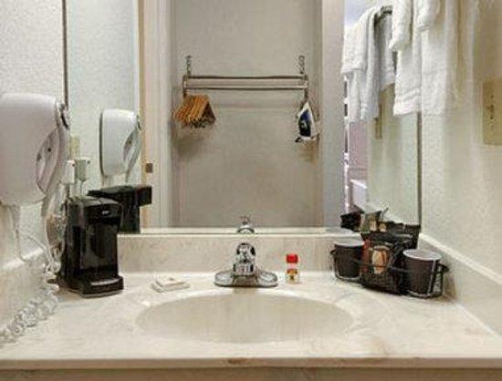 Super 8 Southaven: Bathroom