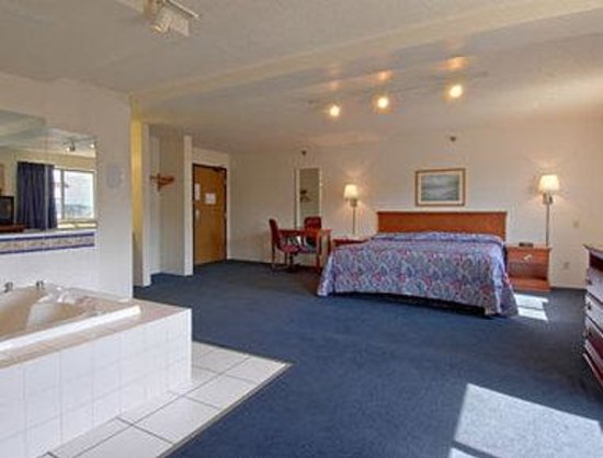 Super 8 Beckley: Jacuzzi Suite