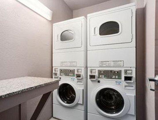 Super 8 Overland Park KC Area Near Convention Center: Laundry Room