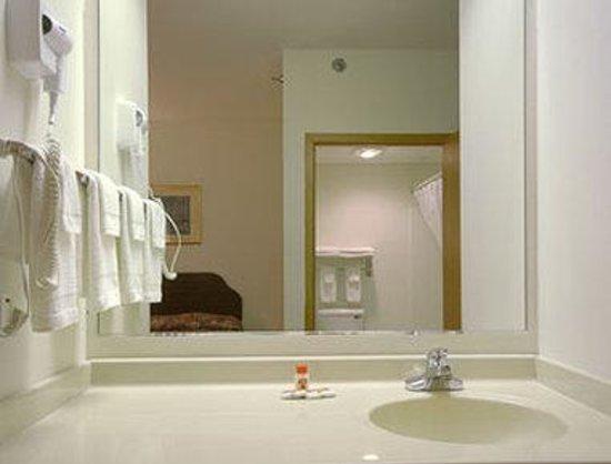 Super 8 Cresco IA: Bathroom