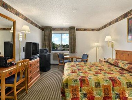 Super 8 Chico : Standard King Bed Room With Micro/Fridge