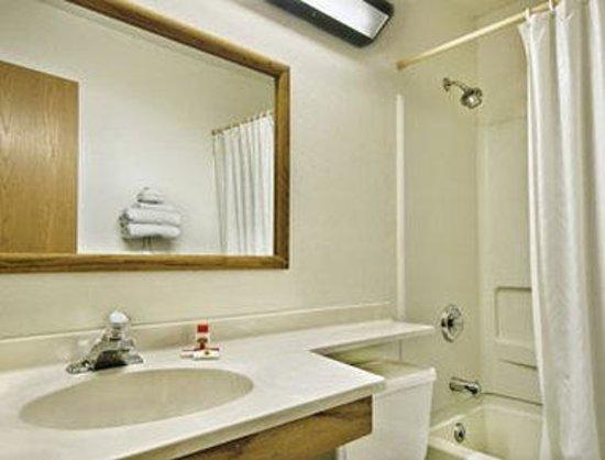 Super 8 Lansing: Bathroom
