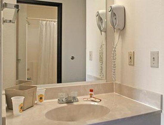 Super 8 Cloquet: Bathroom