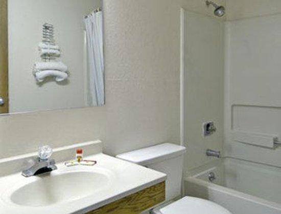 Super 8 Augusta/Ft Gordon Area : Bathroom