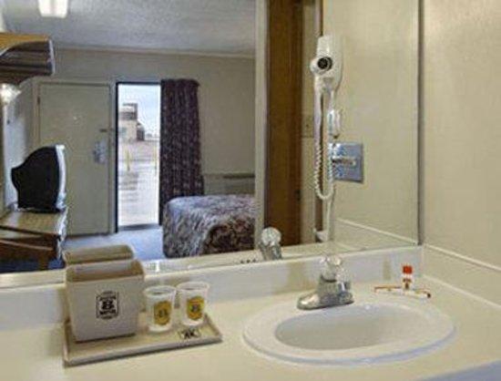 Super 8 Lubbock Civic Center North: Bathroom
