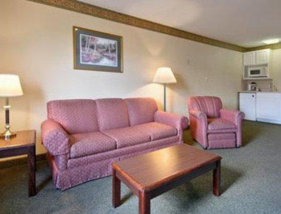 Super 8 Indianapolis/NE/Castleton Area: Two Double Bed Family Suite