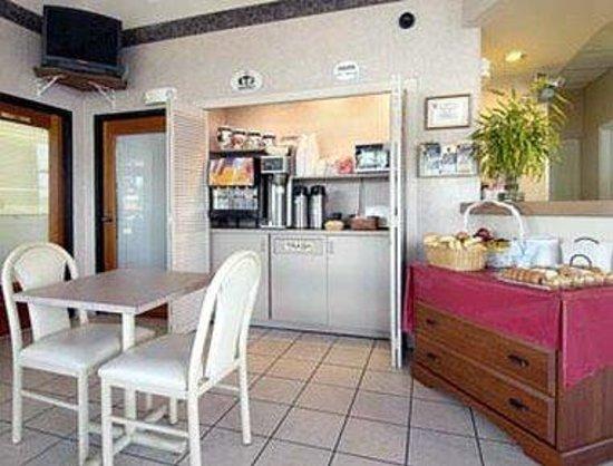 Super 8 Riviera Beach West Palm Beach: Breakfast Area