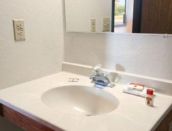 Super 8 Charlotte/Amusement Park Area : Bathroom
