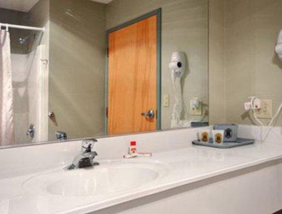 Super 8 Dublin: Bathroom
