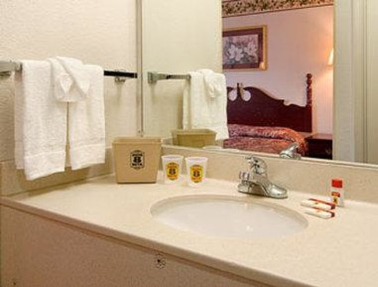 Super 8 Booneville: Bathroom
