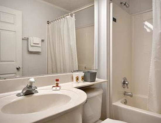 Super 8 Mishawaka/South Bend Area: Bathroom