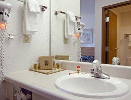 Super 8 Kennett: Bathroom