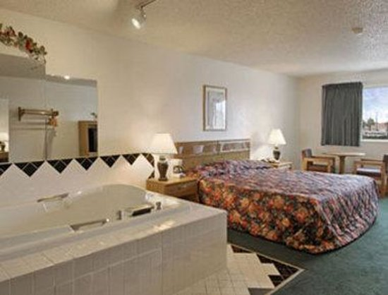 Super 8 Aransas Pass : Standard King Bed Suite with Jacuzzi