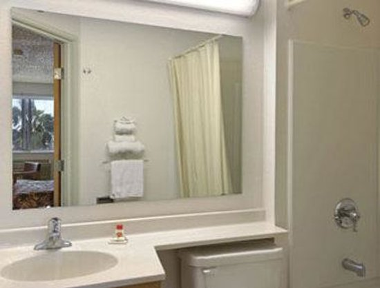 Super 8 Aransas Pass : Bathroom