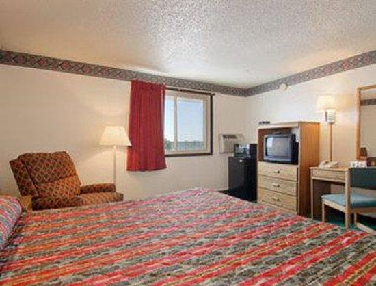Super 8 Pueblo: Standard King Bed Room