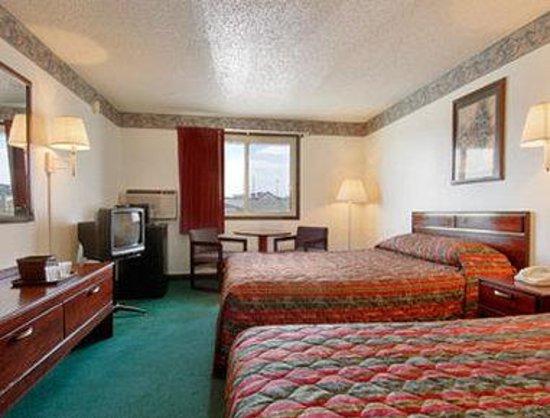 Super 8 Pueblo: Standard Two Queen Bed Room