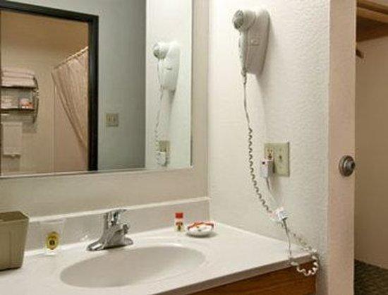 Super 8 Custer/Crazy Horse Area: Bathroom