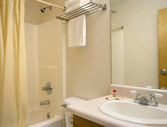Super 8 Bedford: Bathroom