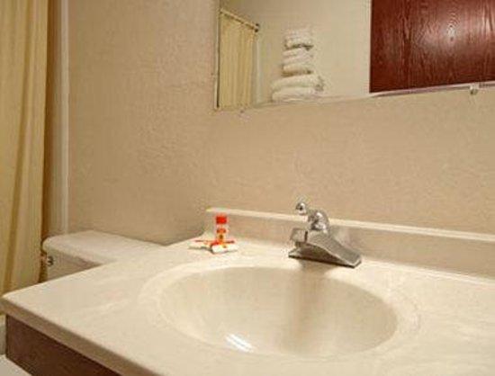 Super 8 Gardner: Bathroom