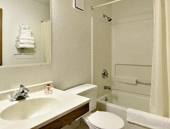 Super 8 Oneida Verona: Bathroom