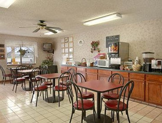 Super 8 Parsons: Breakfast Area