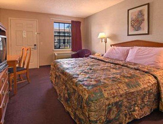 Super 8 Tulsa/Arpt/St Fairgrounds : Standard King Bed Room