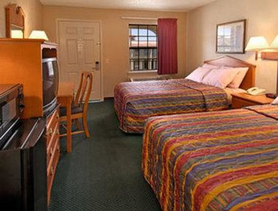 Super 8 Tulsa/Arpt/St Fairgrounds : Two Double Bed Room with MicroFridge