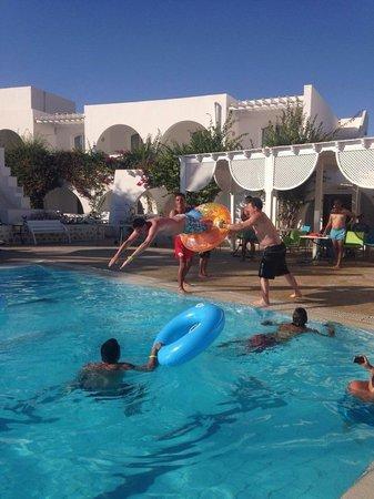 Hotel Djerba Haroun : Pool games (my boyfriend jumping through the ring)