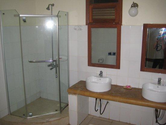 Sunset Kendwa: bathroom
