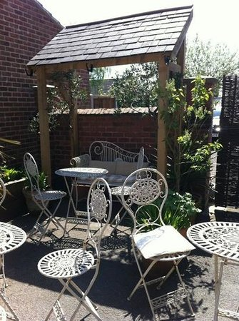DINO'S Italian Cafe Lounge Stanley Common: Beautiful outside garden to relax in!