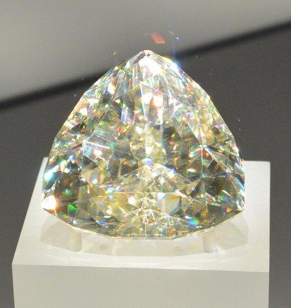 Royal Ontario Museum (ROM): more fire than diamond!