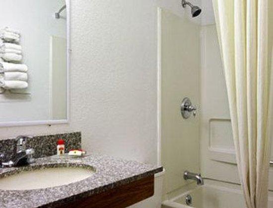 Super 8 Johnstown/Gloversville: Bathroom