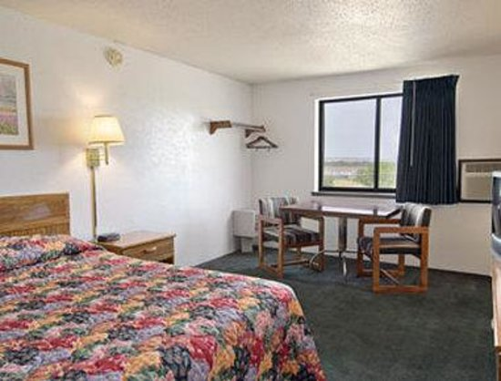 Super 8 Miles City: Standard Queen Bed Room