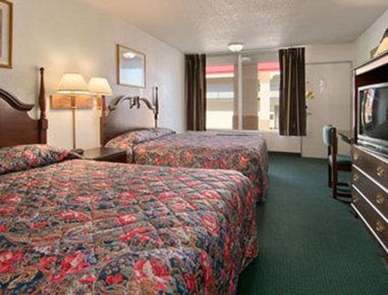 Super 8 Oklahoma Fairgrounds: Standard Two Queen Bed Room