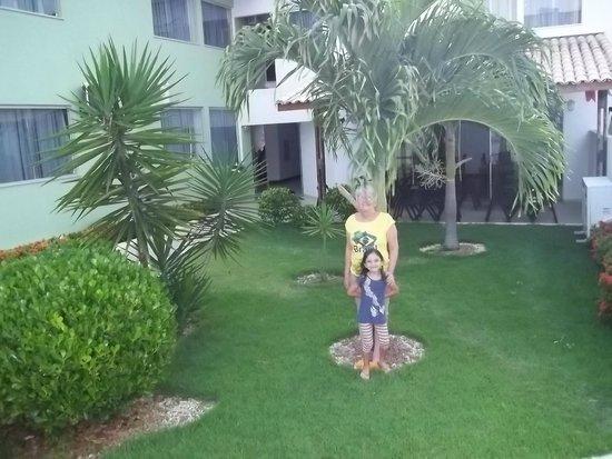 Alto Da Praia Hotel: Jardim. Ao fundo restaurante.
