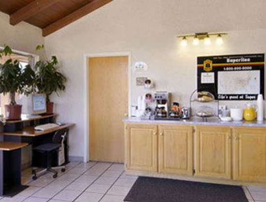 Super 8 Vernon : Breakfast Area