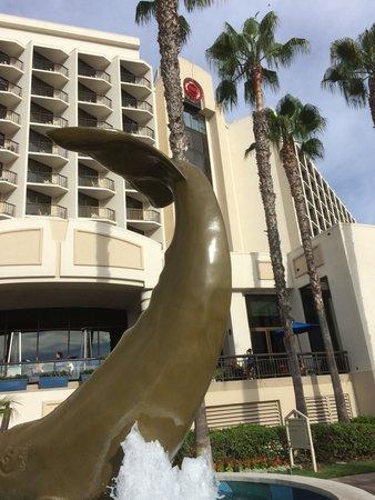 The Sheraton San Diego Hotel & Marina : 海側から見たホテルの外観です。