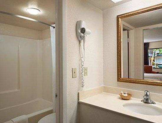 Super 8 North Palm Beach PGA Blvd: Bathroom