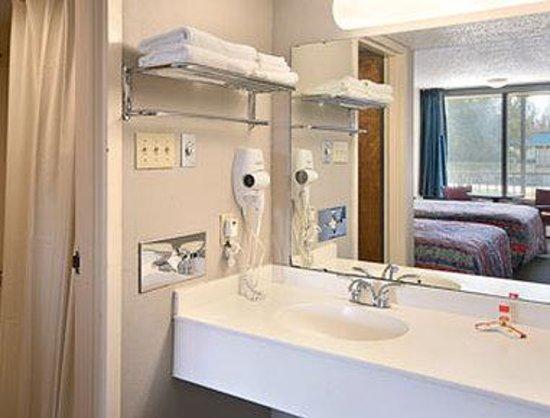 Super 8 Port Allen/W Baton Rouge: Bathroom