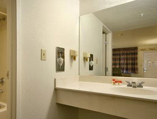 Super 8 Cottonwood: Bathroom