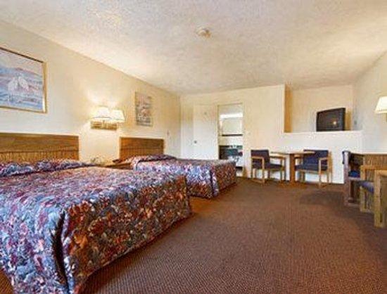 Super 8 Centerville-Richmond : Standard Two Queen Bed Room
