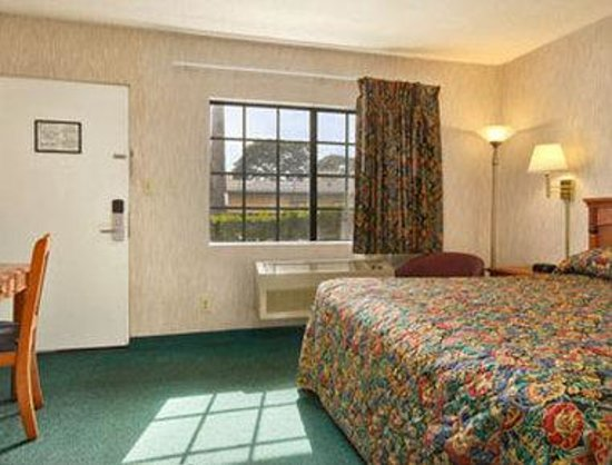 Super 8 Los Angeles Airport: Standard King Bed Room