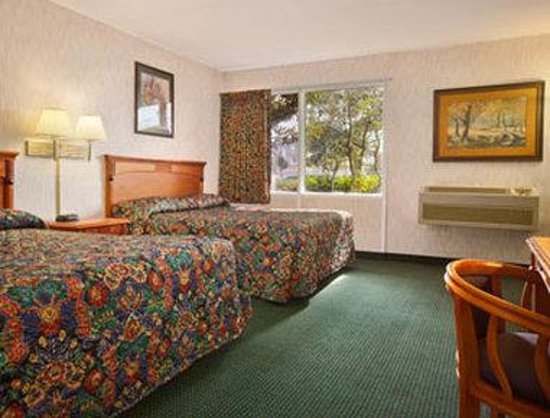 Super 8 Los Angeles Airport : Standard Two Queen Bed Room