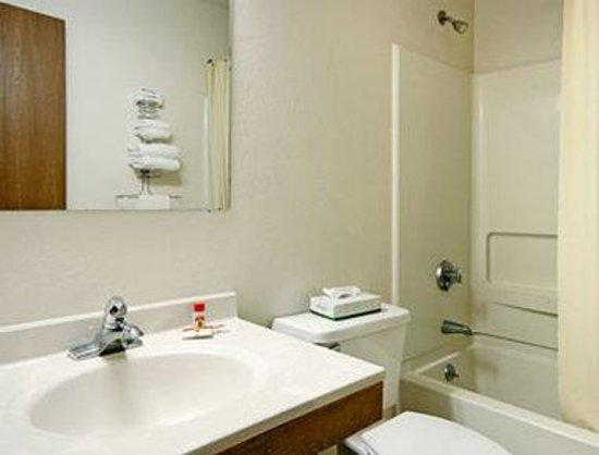 Super 8 la Vale/Cumberland Area: Bathroom