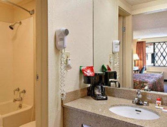 Super 8 Lantana West Palm Beach: Bathroom