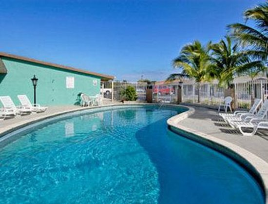 Super 8 Lantana West Palm Beach: Pool